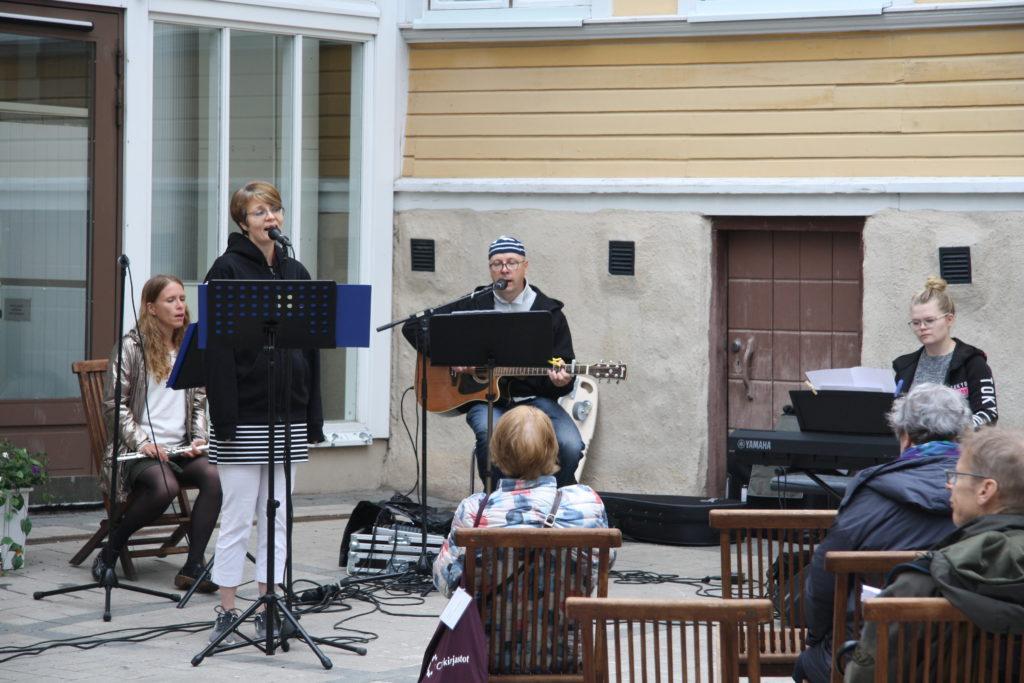 Sateesta huolimatta Taiteiden Yössä riitti laulajia.