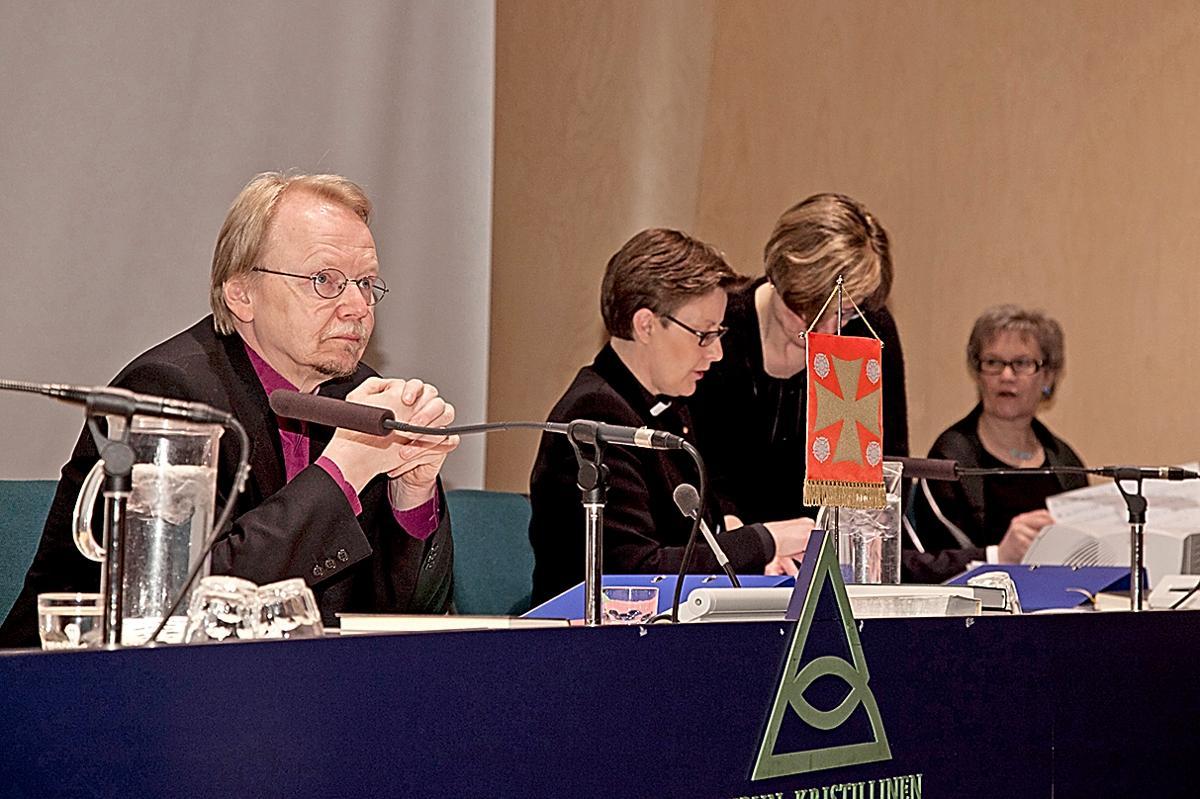 Kuva: Arkkipiispa Kari Mäkinen johti puhetta kirkolliskokouksessa keväällä 2012