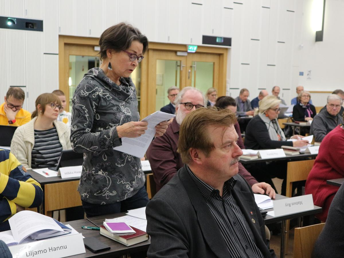 Kuva: Liisa Lahti käyttää puheenvuoroa Oulun seurakuntien yhteisessä kirkkovaltuustossa.