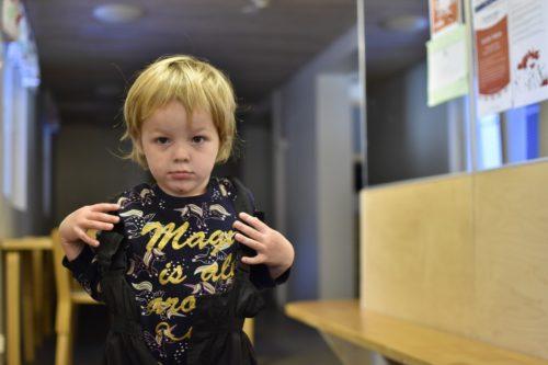 Lapsi pukee itse päälleen ulkovaatteita.