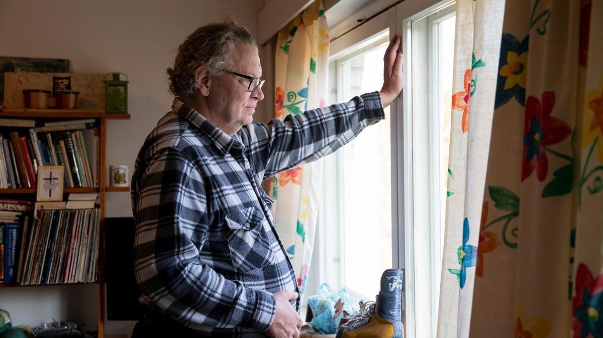 Risto Askeli katsoo ulos ikkunasta.