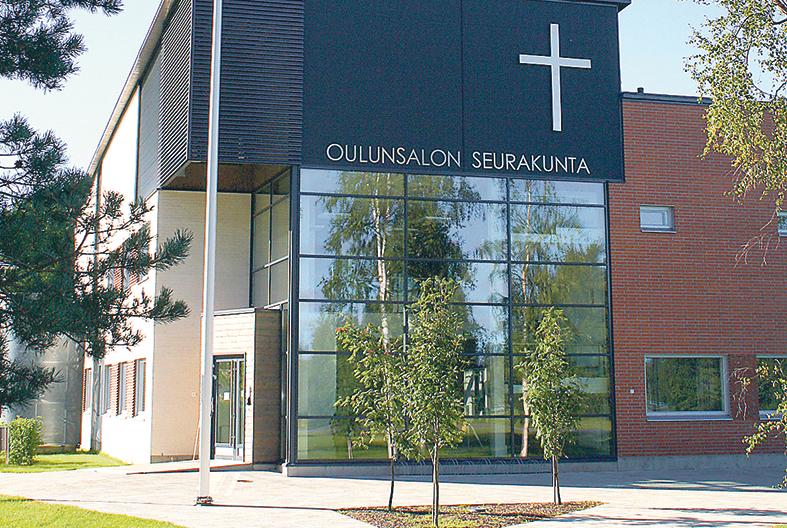 Oulunsalon seurakunnan omistama Toimitalo auringonpaisteessa.
