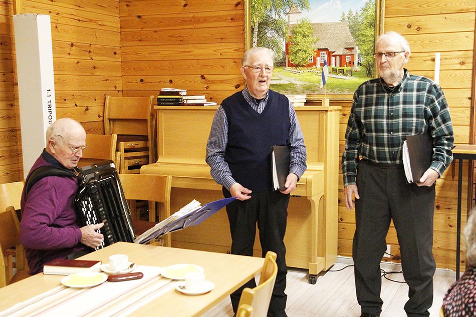 Veikko Saksio, Alpo Saksio ja Erkki Saksio esiintyvät seurakuntakerholaisille.