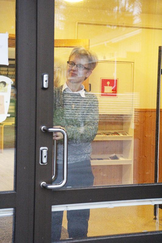Salme Kinnunen lukitsee seurakuntatalon ovea.