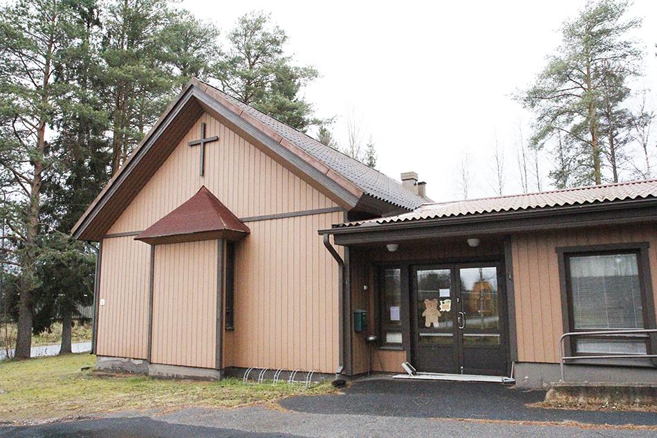 Temmeksen seurakuntatalo ulkoapäin kuvattuna.