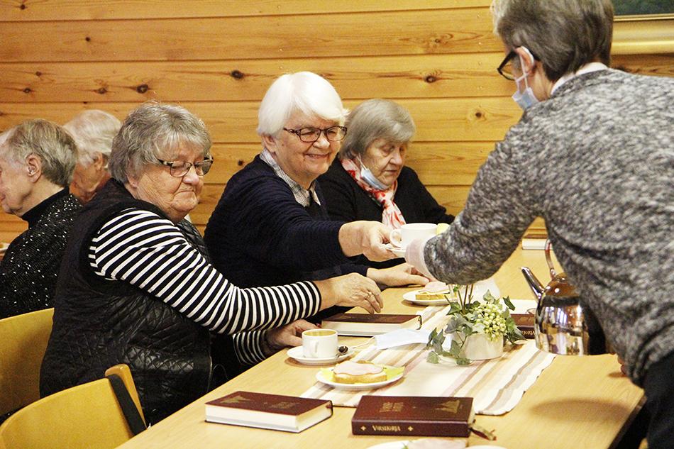 Mirjam Karhula, Anja Saksio ja Katri Molander nauttivat päiväkahvia Temmeksellä.