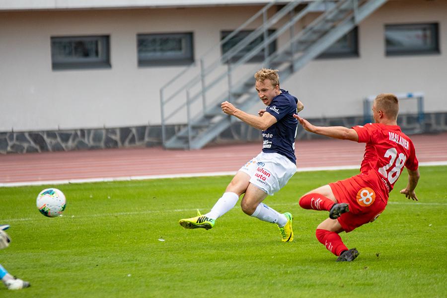 Kentällä oleva Aapo Heikkilä on juuri potkaissut kuvan laidassa näkyvää jalkapalloa.