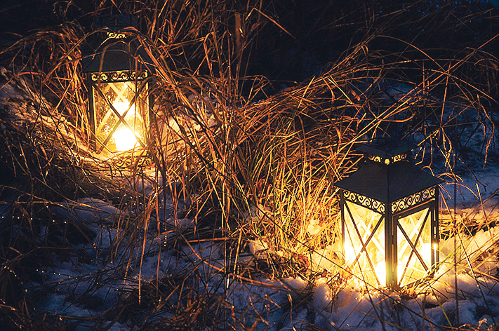 Lyhtyjä lumen ja jäätyneiden heinien keskellä.