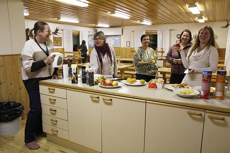 Diakonissa Marja Rantasuomela, kotipalvelutyöntekijä Marja-Liisa Salminen, perhetyöntekijä Ulla Sauvola, Eveliina Iljana ja Anna Emilia Laurila hymyilevät iltapalapöydän äärellä.