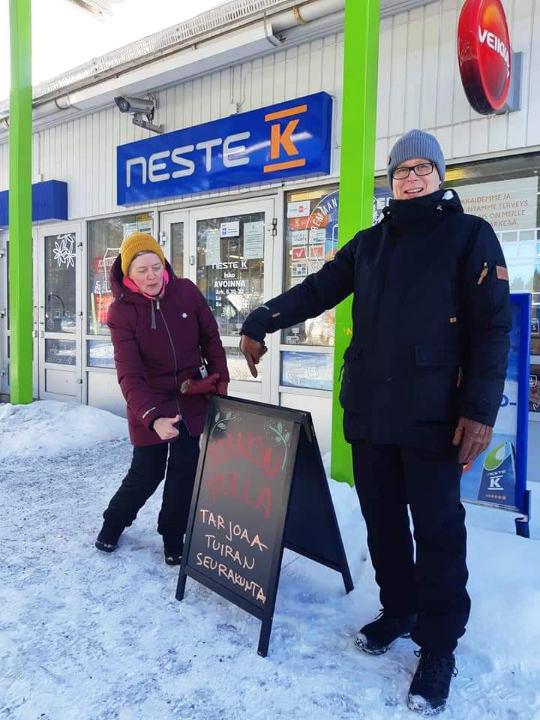 Minna Andersson ja Matti Ketola seisovat huoltoaseman edessä.