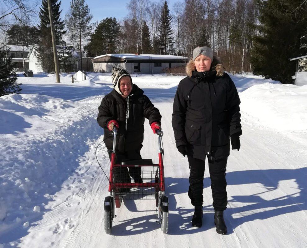 Liisa Ikola ja Henna Räihä kävelevät lumisessa maisemassa.