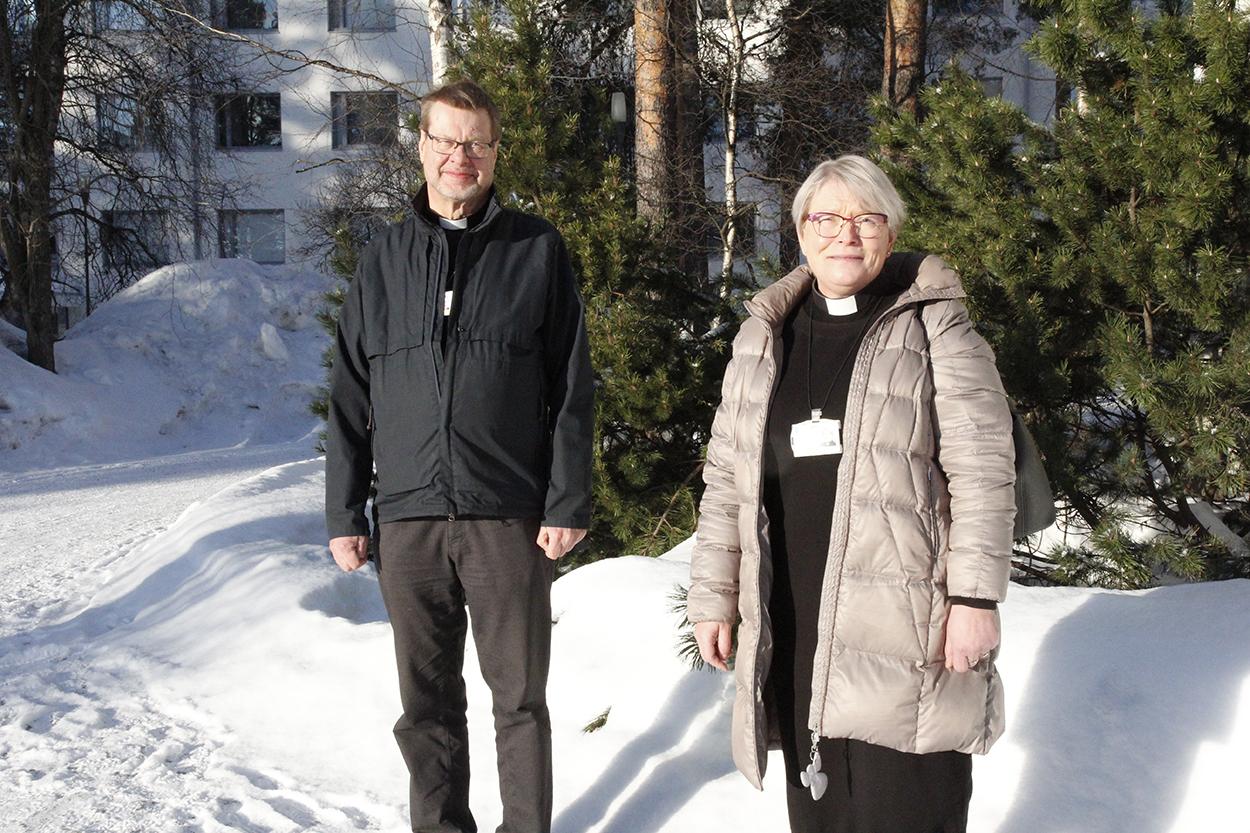 Kari Ruotsalainen ja Hilla Jurvelin seisovat kaupunginsairaalan pihamaalla ja katsovat kameraan.