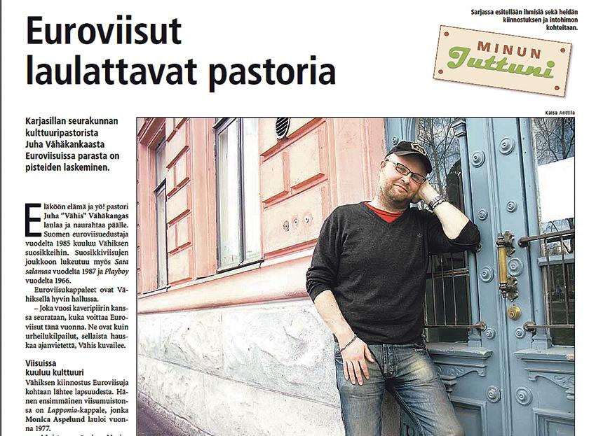 Juha Vähäkangas nojaa siniseen ulko-oveen.