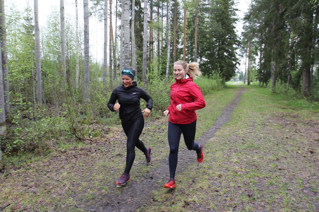 Naiset juoksevat polkua pitkin.