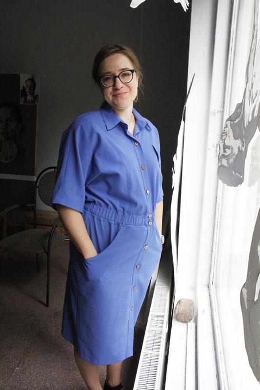 Anni Arffman seisoo työhuoneellaan ja katsoo kameraan.