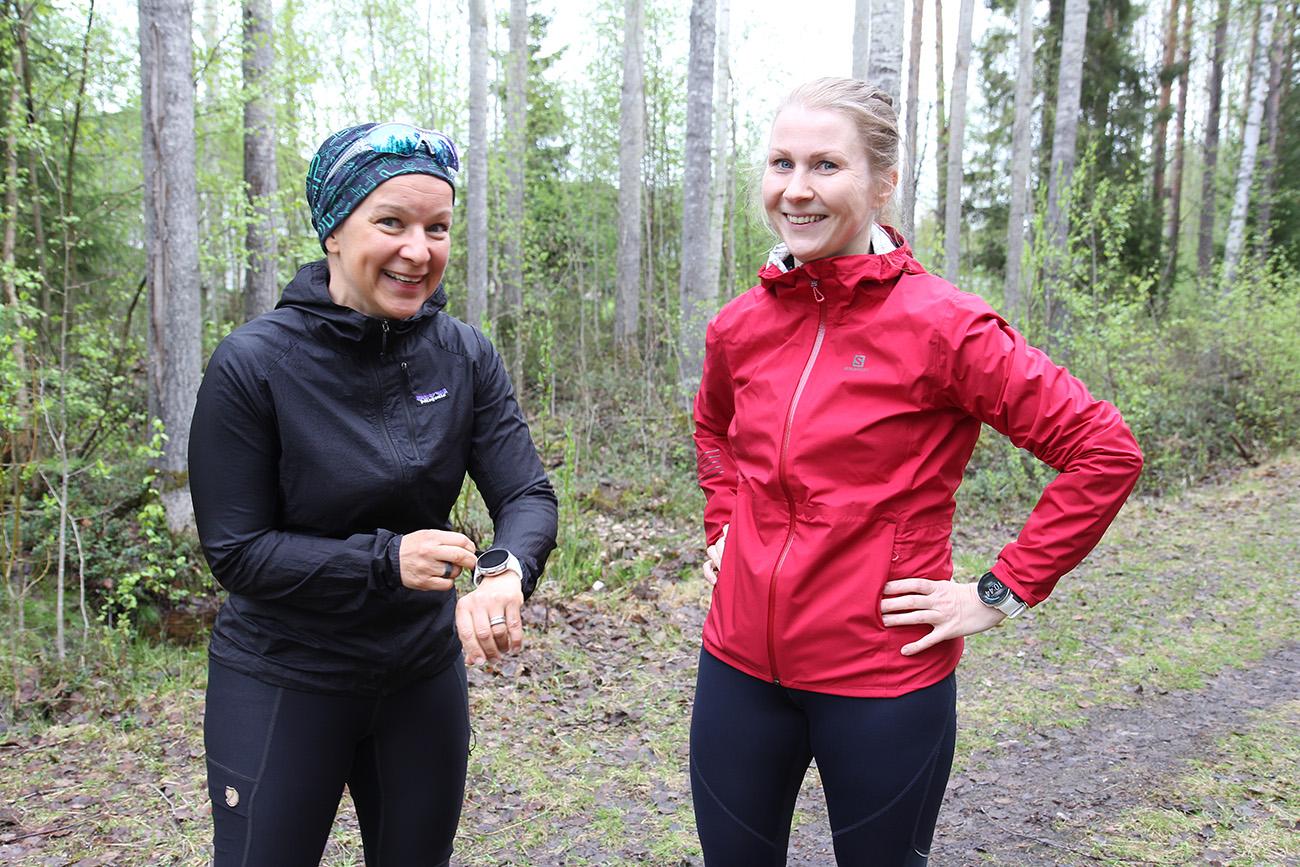 Riina Piipponen ja Susanna Kiviniitty seisovat juoksuvaatteet päällä ja hymyilevät.