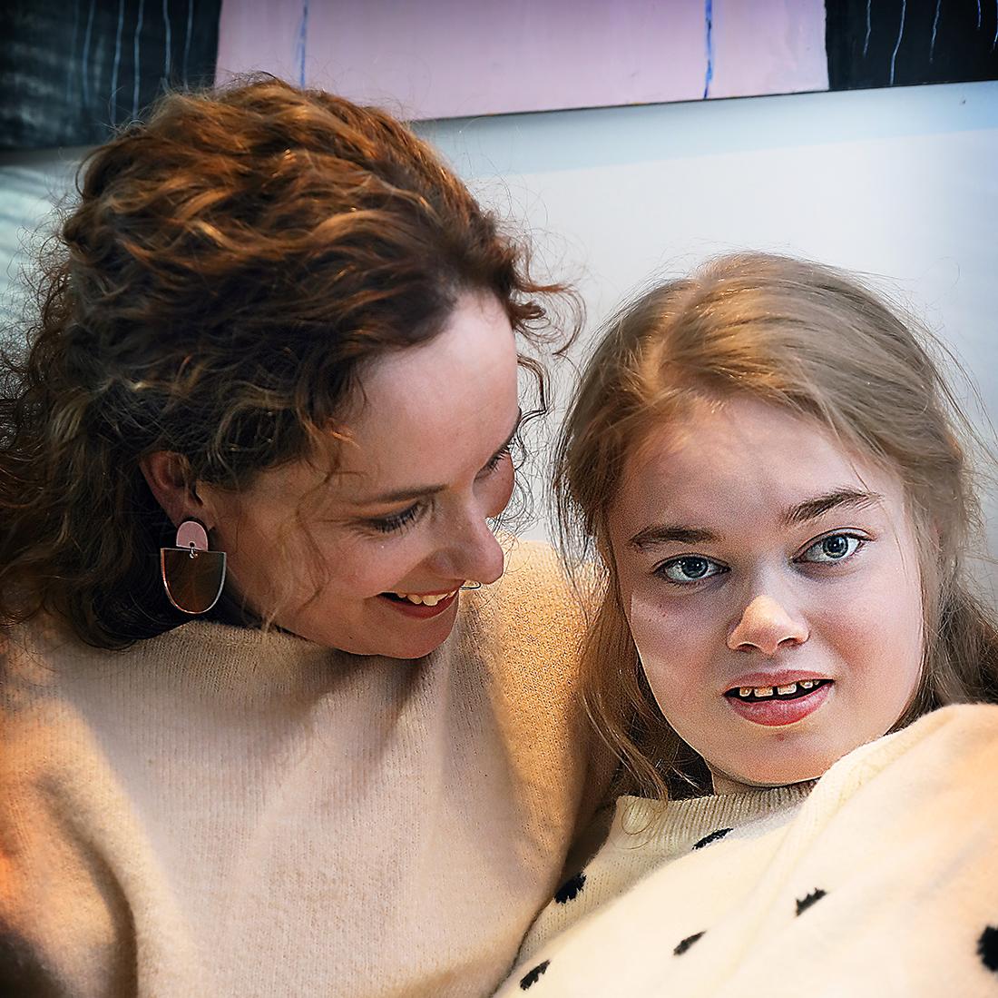 Aada istuu äitinsä Helena Ronkaisen sylissä.