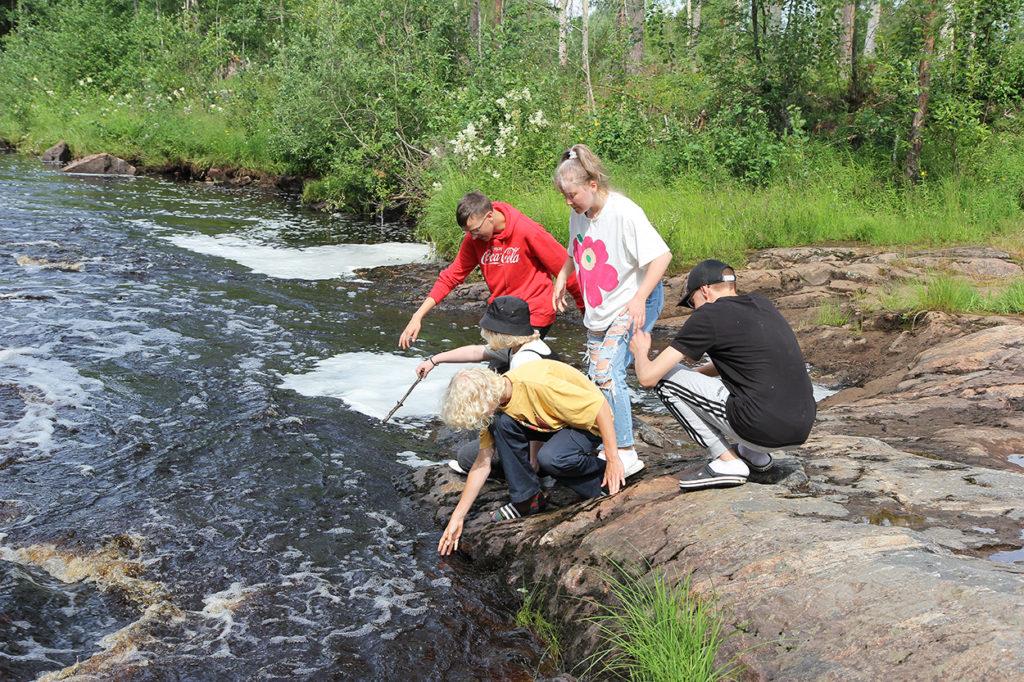 Nuoret tutkivat joen virtausta.